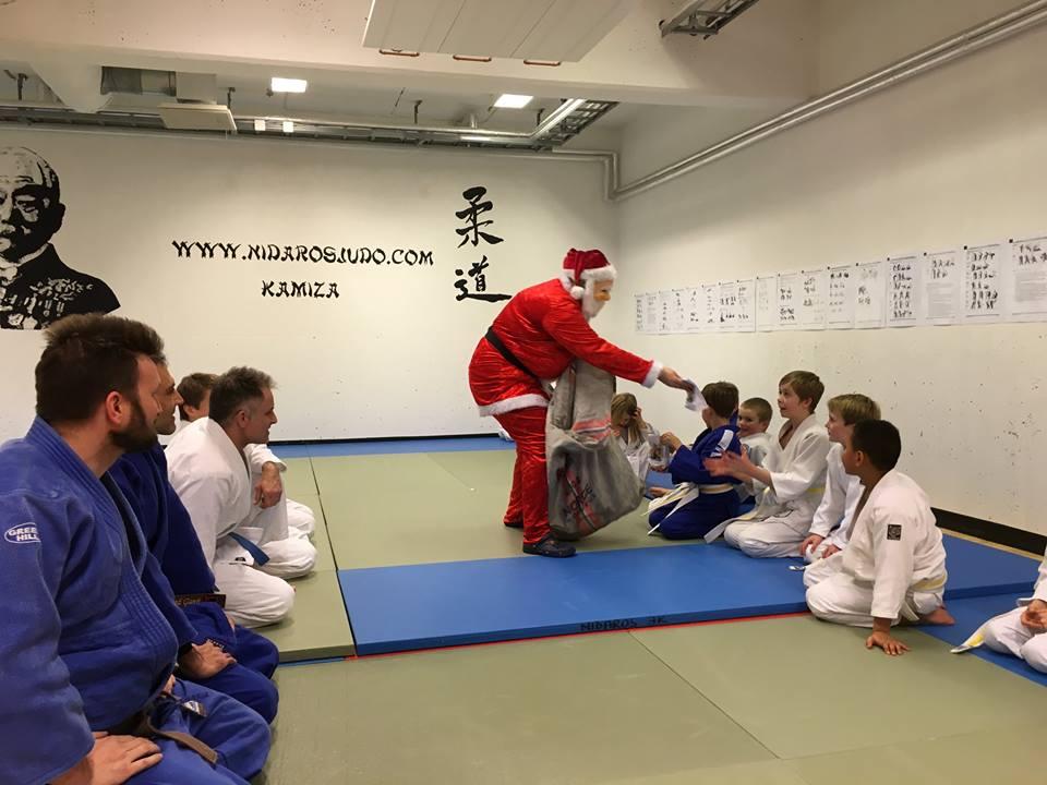Nissen kom også i år på juleavslutninga til barnepartiene.