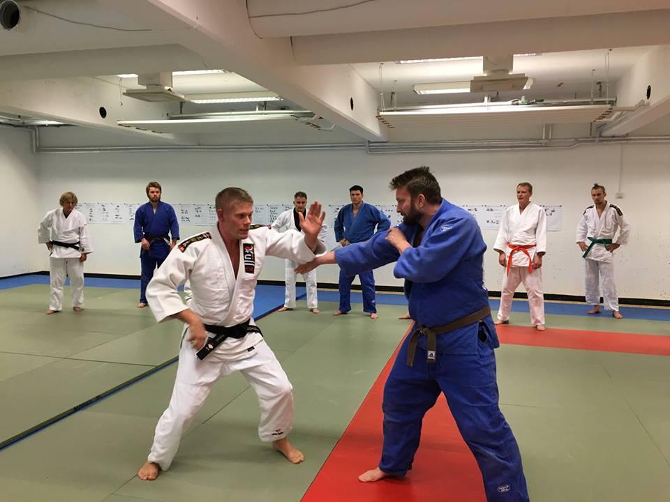 Arild Rødahl fra Ju jitsu klubben hadde mange gode råd i forbindelse med praktisk selvforsvar.