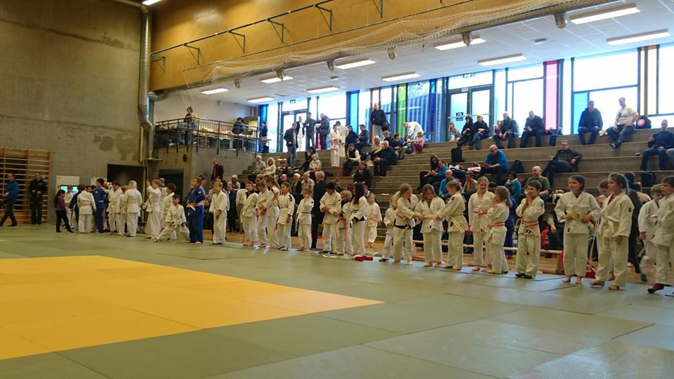 Spente barn under åpningen av historiens første Regionsstevne for judoregion Midt (Foto: Marit Gylland Krogstad (C))