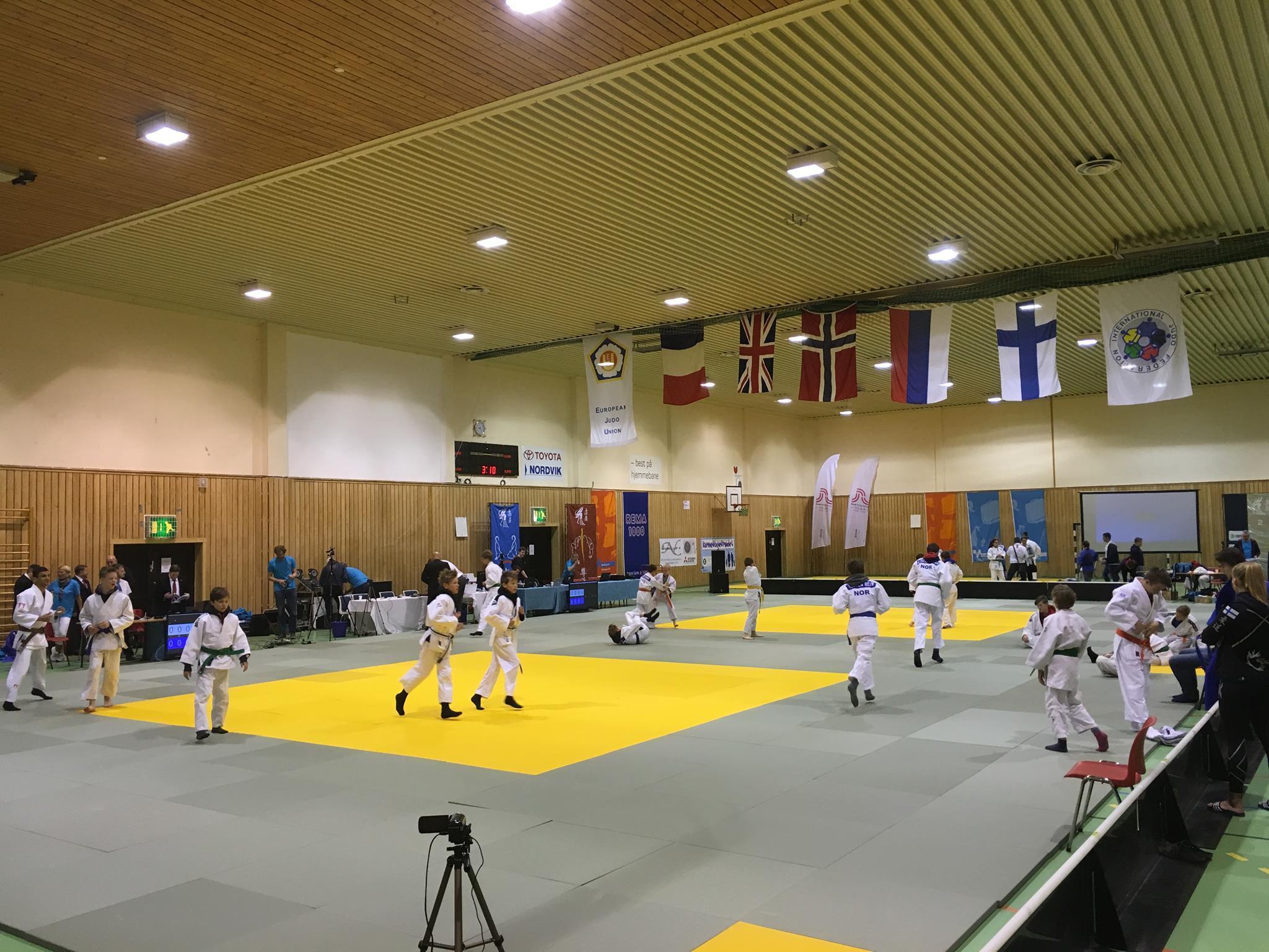 Bodø judoklubb gjennomførte stevnet med stil uten spesielle problemer, og arrangerte grillfest for dem som skulle delta på søndagens treningssamling med den nye landslagstreneren, Mike Newton.