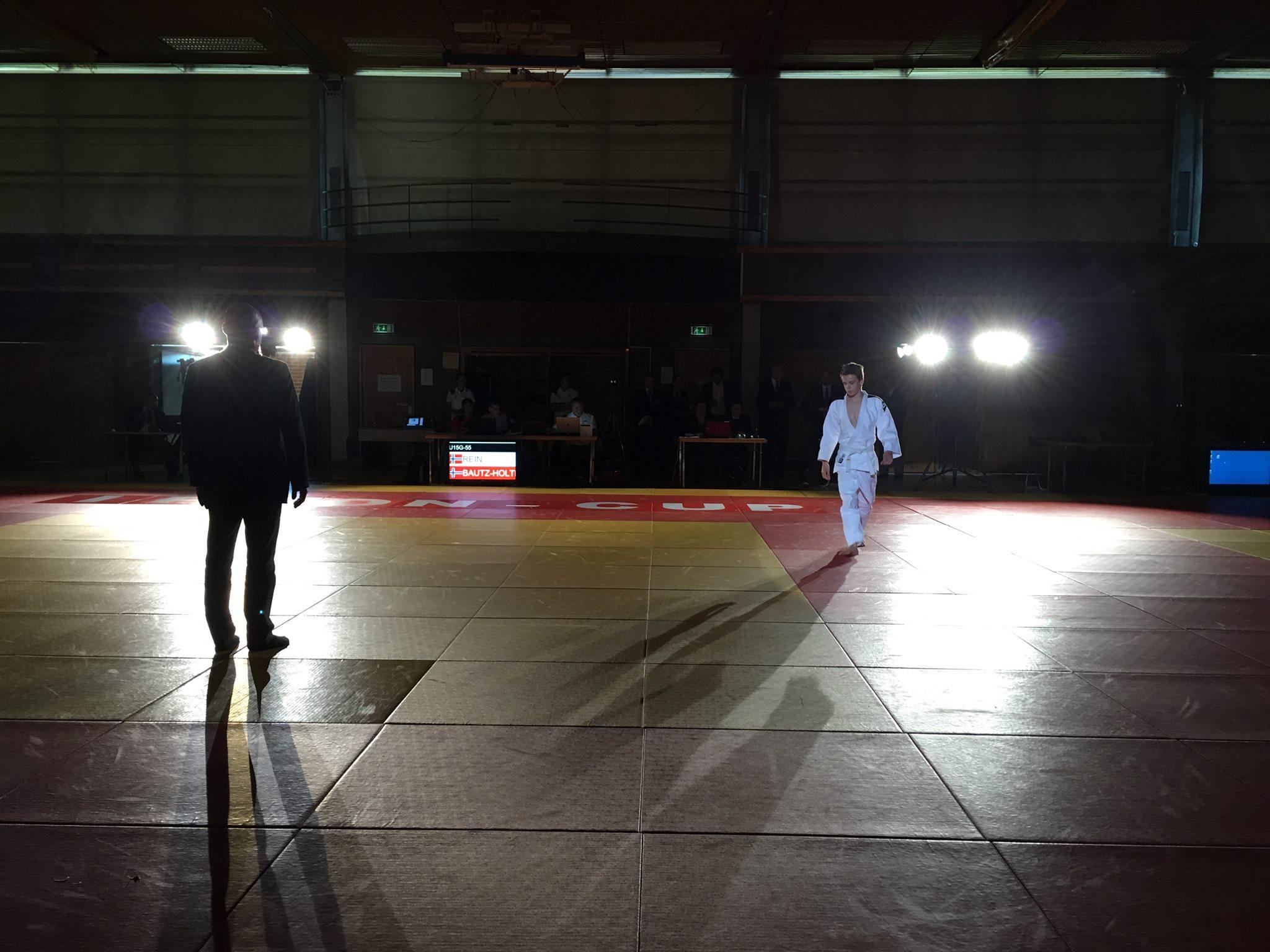 Finalene ble kjørt til slutt med mørklagt hall, spotter og heftig musikk når utøverne ble annonsert inn på matta.