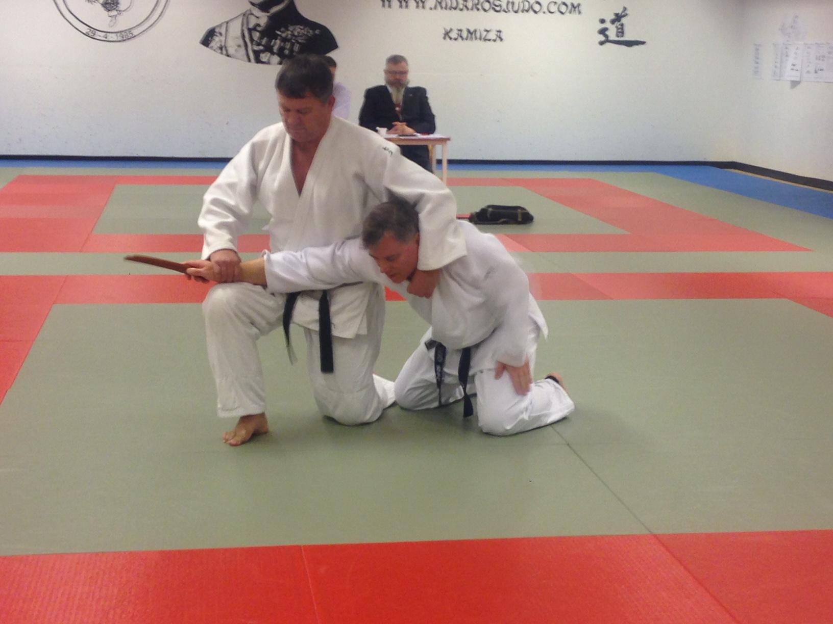 Forsvar mot kniv er en av teknikkene i Kime no kata (Snorre og Jan Oves 3. Dans gradering).